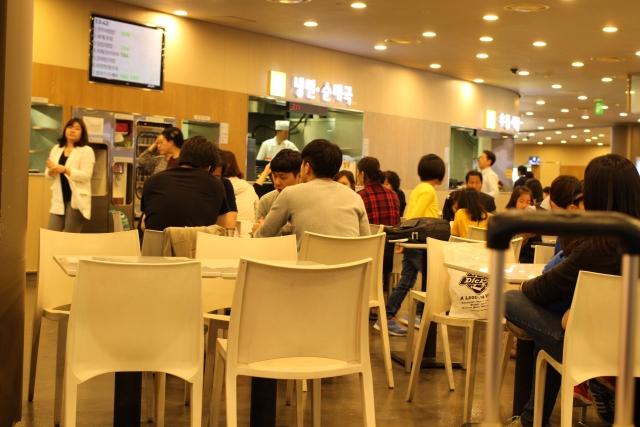 アルバイトとしては一般的な飲食店風景