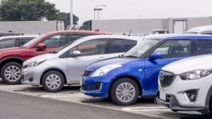 駐車場に並んだ普通自動車複数車