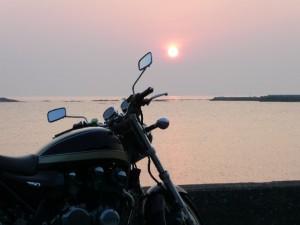 夕日背景の250ccバイク