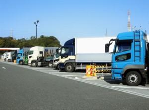サービスエリアに並んだ大型トラック