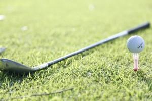 ゴルフクラブとtィーに乗ったゴルフボール