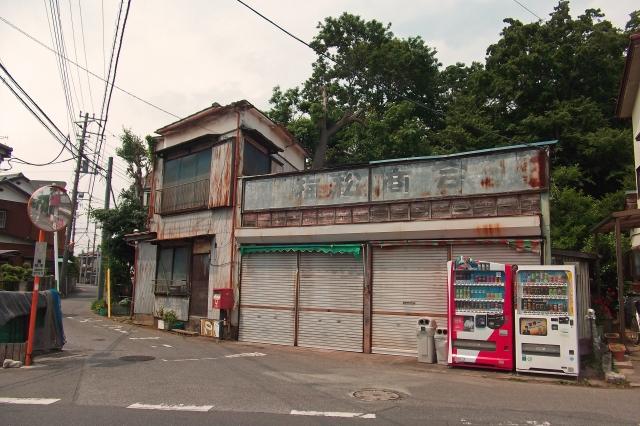 時代遅れの古びた建物