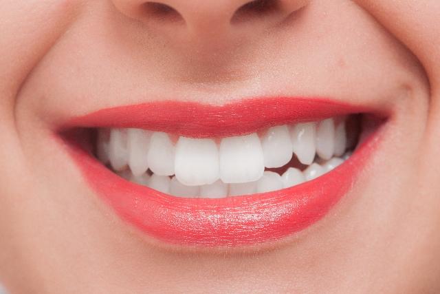 真っ白な歯を持つ外国人女性