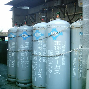 ガス会社に並べられたプロパンの入ったLPガス