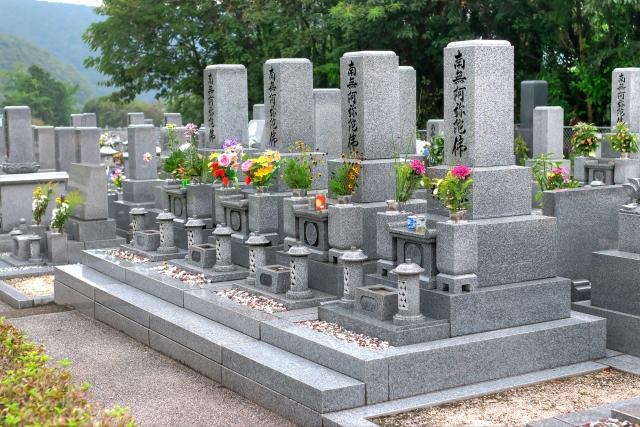 均一に並べられた墓石