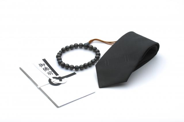礼服用ネクタイと数珠と御霊前と書かれた香典袋
