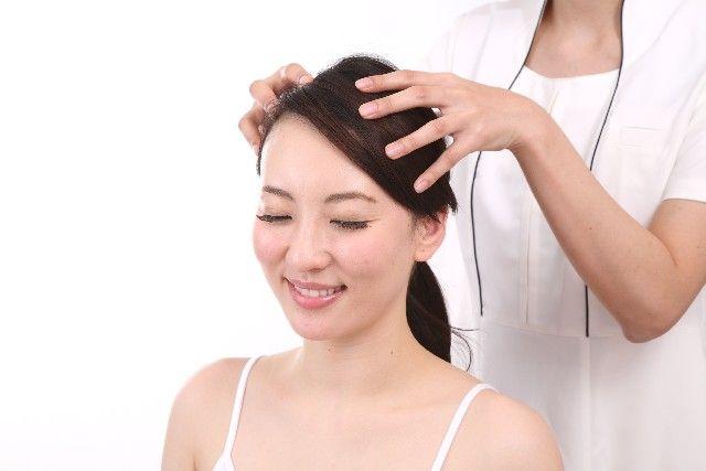ヘッドスパで頭皮マッサージを受ける女性