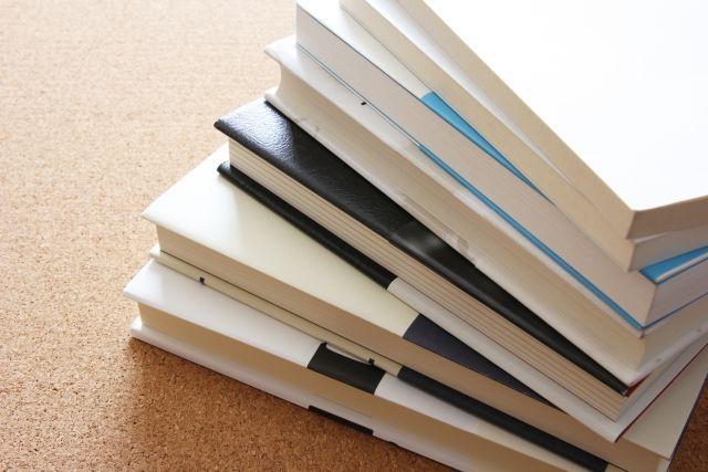 山積みになった大学生活で使用していた教科書と参考書と専門書