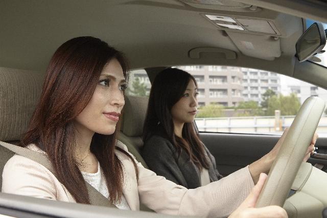 友達同士でドライブする女性2人