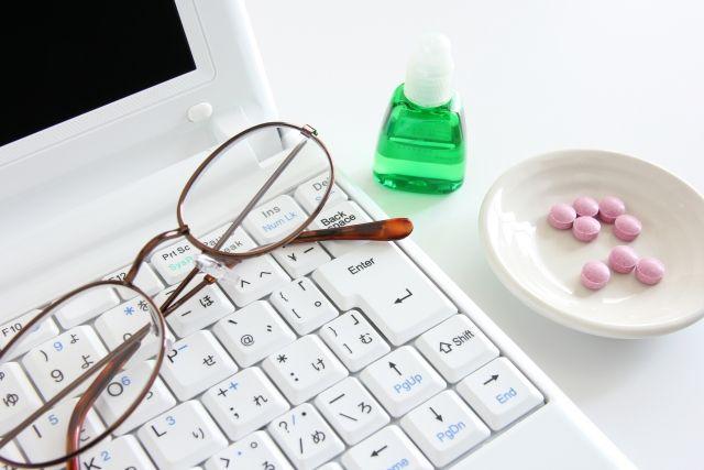 パソコンとメガネとサプリメントと目薬