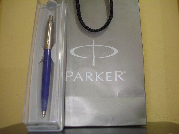 ショッピングバッグから取り出したばかりのPARKERの青いボールペン