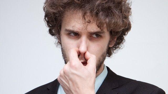 臭くて鼻を摘む男性