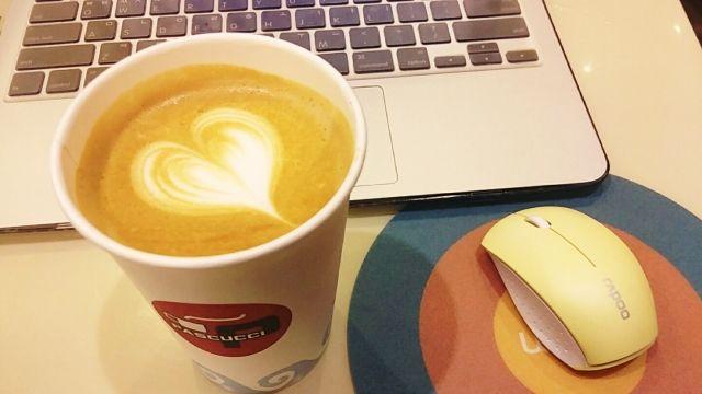インターネットに繋がったノートパソコンとコーヒー