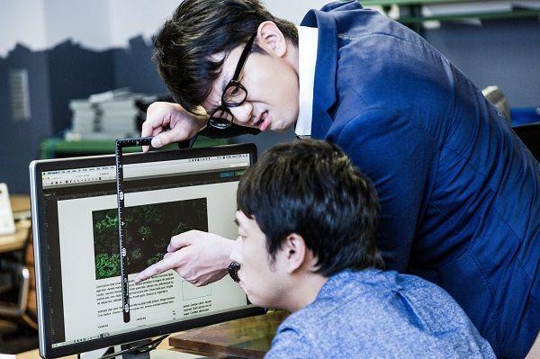 パソコンを操作する社員と、厳しく指導する上司