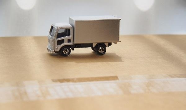 ダンボールの上を走るトラック