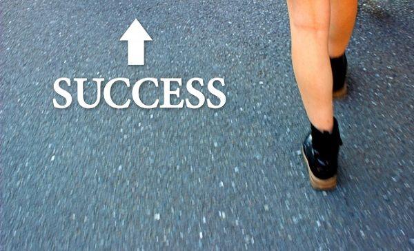 成功に向かって歩く足