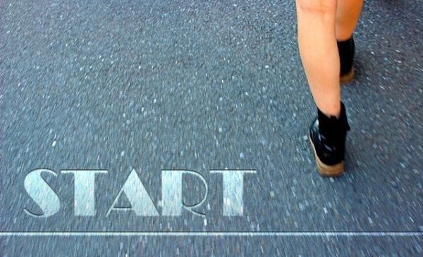 スタートラインを歩き出す女性の足